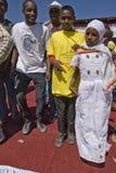 hjälper barn som dansar den ethiopian världen för dagen Royaltyfri Bild