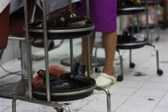 Hjälpmedel av en barberare i en barberare shoppar fotografering för bildbyråer