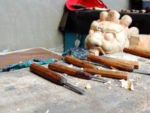 Hjälpmedel av skulptördanande maskerar det utvändiga nationella arkivet av Bhutan, Thimphu Arkivbilder