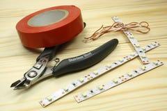 Hjälpmedel för att binda på en trätabell arkivfoto