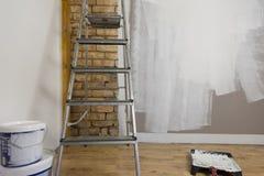 Hjälpmedel för att färga, målarfärgrulle, borste, aluminium ledare vägg Arkivbilder