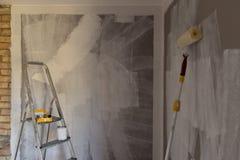 Hjälpmedel för att färga, målarfärgrulle, borste, aluminium stege vägg arkivbild