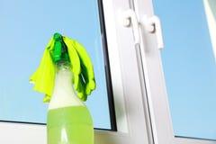 Hjälpmedel för att göra ren fönster Arkivfoto