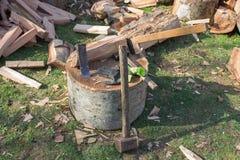 Hjälpmedel för att hugga av träd gammal rostig yxa, kilar och slägga Hjälpmedel för att hugga av träd Arkivbilder