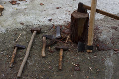 Hjälpmedel för att hugga av träd gammal rostig yxa, kilar och slägga Royaltyfria Bilder