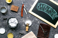 Hjälpmedel för att raka i frisersalong på bästa sikt för arbetsplatsbakgrund Royaltyfri Foto