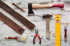 Hjälpmedel för att reparera på grå träbakgrund Royaltyfri Fotografi