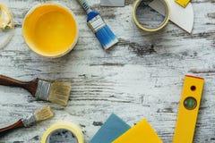 Hjälpmedel för att reparera på grå träbakgrund Arkivfoto