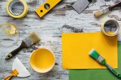 Hjälpmedel för att reparera på grå träbakgrund Royaltyfri Bild