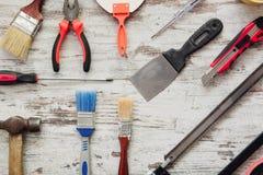 Hjälpmedel för att reparera på grå träbakgrund Fotografering för Bildbyråer