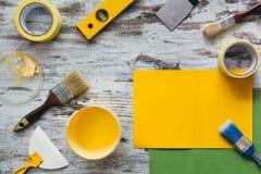 Hjälpmedel för att reparera på grå träbakgrund Arkivbild