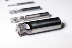 Hjälpmedel för drillborr för för CNC-maskintråkmåns som och malning isoleras på vit Arkivbild