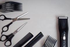 Hjälpmedel för en frisyr: sax, hårkammar och en beskärare Fotografering för Bildbyråer