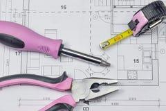 Hjälpmedel för hushållsarbete som ligger på ritningen Royaltyfria Bilder