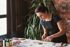 Hjälpmedel för kvinna för arbetsplats för hemslöjd för konstnärstudiolera fotografering för bildbyråer