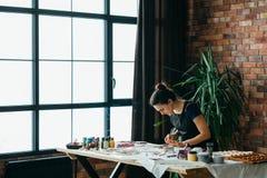 Hjälpmedel för kvinna för konstverk för konstnärstudiohemslöjd fotografering för bildbyråer