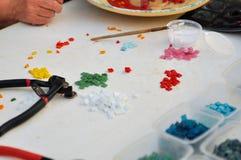 Hjälpmedel för ockupation av en glass mosaik för färg: borstar lim, skärare Kreativitet och lära royaltyfri foto