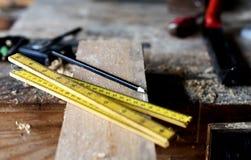 Hjälpmedel för träverk, blyertspenna och linjaler Royaltyfria Bilder