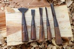 Hjälpmedel för wood stämjärn för snickare med lösa shavings på ridit ut gammalt Arkivfoto