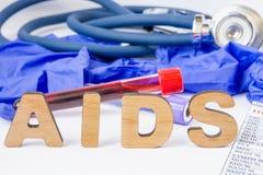 HJÄLPMEDEL förkortning eller akronym av den fångna immundefektsyndrommen - infektion som orsakas av virusHIV för mänsklig immunde Arkivfoton