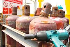 Hjälpmedel nära gasbehållaren Royaltyfri Bild