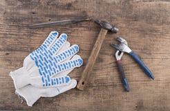Hjälpmedel och handskar på trätabellen Arkivbild