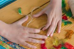 Hjälpmedel och material för att skapa hand-gjorda smycken och smycken a Arkivbilder