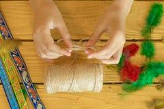 Hjälpmedel och material för att skapa hand-gjorda smycken och smycken a Arkivfoton
