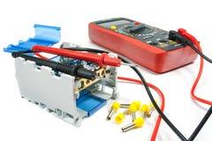 Hjälpmedel och utrustning för elektriskt arbete på en vit bakgrund arkivfoton