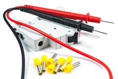 Hjälpmedel och utrustning för elektriskt arbete på en vit bakgrund arkivfoto