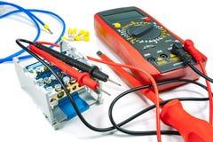 Hjälpmedel och utrustning för elektriskt arbete på en vit bakgrund arkivbild