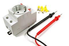 Hjälpmedel och utrustning för elektriskt arbete på en vit bakgrund royaltyfria foton