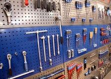Hjälpmedel på toolstable på väggen Royaltyfri Bild