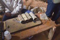 Hjälpmedel som gör cigarrer i Pinar del Rio, Kuba arkivbilder