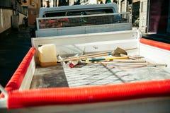 Hjälpmedel tjänste- skåpbil medel - bakre sikt Arkivfoto