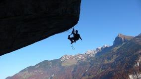 Hjälpmedelklättring ett tak i Schweiz Arkivfoton