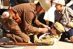 hjälpmedelläkarundersökning som ger soldaten Royaltyfri Bild