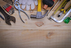 Hjälpmedelrenovering på den wood tabellen arkivbild