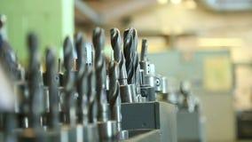 Hjälpmedlet shoppar den bearbeta linjen borrandedrejbänk för automatisk metall borrar att mala stock video