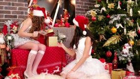 Hjälpredan för flickvänjultomten` s lägger ut de kända korten på julgåvor, den tomma gåvaasken för jul lager videofilmer