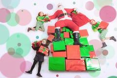 Hjälpredor för jultomten` som s arbetar på nordpolen Honom som läser önskalistan Royaltyfria Foton