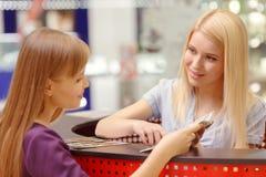 Hjälpskrivbord i shoppinggallerian fotografering för bildbyråer
