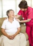 hjälpt strömförande pensionär Royaltyfri Fotografi