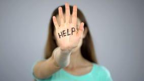 Hjälptecken på kvinnas hand, offer som frågar för hjälp, anfall i familj, medvetenhet arkivbilder