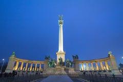 Hjältar kvadrerar Hosok Tere i Budapest, Ungern, vid natt royaltyfri bild