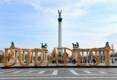 Hjältar som är fyrkantiga i Budapest med trätecknet Royaltyfri Fotografi
