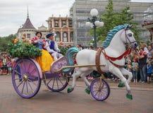 Hjältar ståtar på Disneyland snövit royaltyfri foto