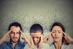 Hjärna för uttryck för framsida för kvinnamanbarn som stressad smälter in i linjer förbundna frågefläckar royaltyfri foto