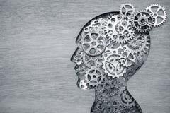 Hjärnmodellbegrepp som göras från kugghjul och kugghjul på träbakgrund arkivbild