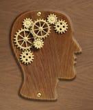 Hjärnmodellen som göras från guld- metall, utrustar och förser med kuggar Fotografering för Bildbyråer